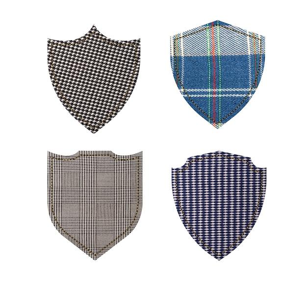 Etykiety tekstylne. tarcze tekstury tkaniny na białym tle