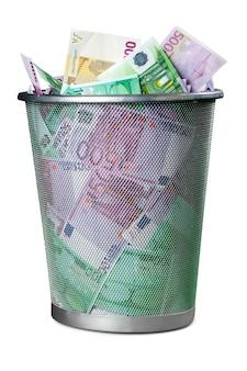 Euro w koszu na śmieci na białym tle
