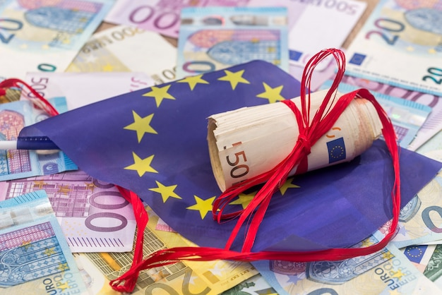 Euro z czerwoną wstążką i flagą europy