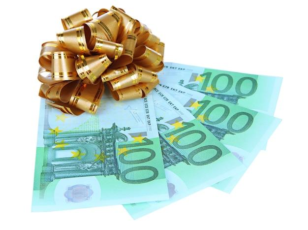 Euro z kokardą prezentową na białym tle