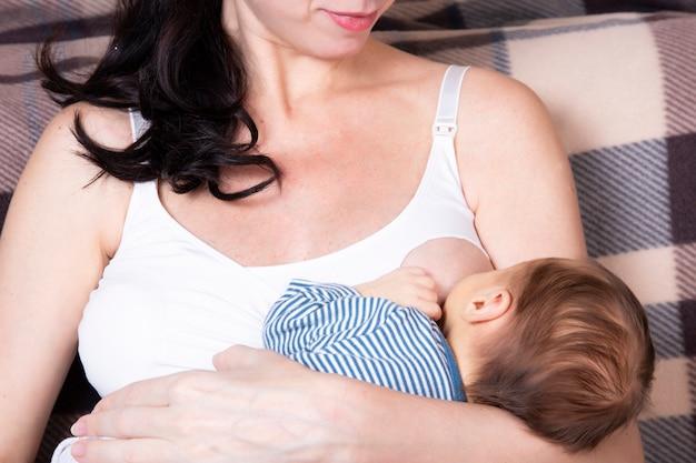 Europejka, mamo. koncepcja karmienia piersią, nowonarodzonego chłopca.