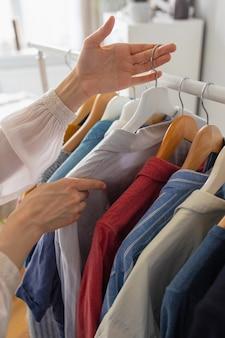 Europejka w domu w szafie wybiera ubrania na imprezę lub urodziny sortowanie ubrań
