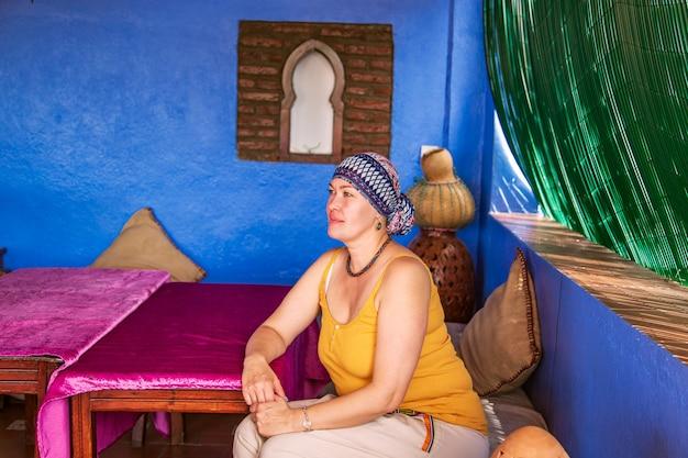 Europejka w marokańskiej kawiarni. autentyczne orientalne wnętrze. chefchaouen, maroko