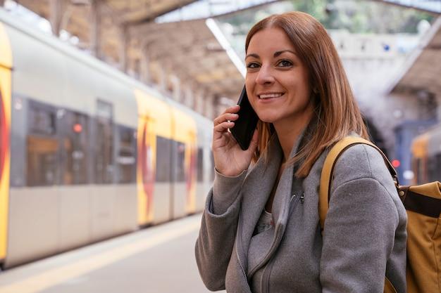 Europejska hiszpanka podróżuje pociągiem przez portugalię. szybki sposób transportu do odwiedzenia nowych miast.