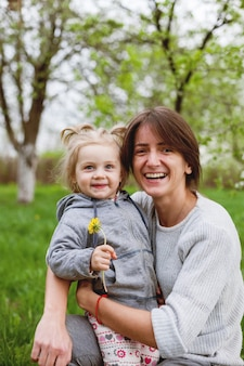 Europejska kobieta z małą córeczką spaceru w parku