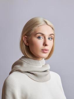 Europejska muzułmanka o blond włosach w kapturze, ubrana na głowę. piękna dziewczyna w swetrze z miękką skórą, kosmetyki naturalne
