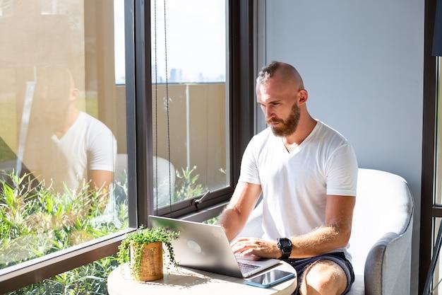 Europejski biznesmen w białej koszuli pracuje na odległość