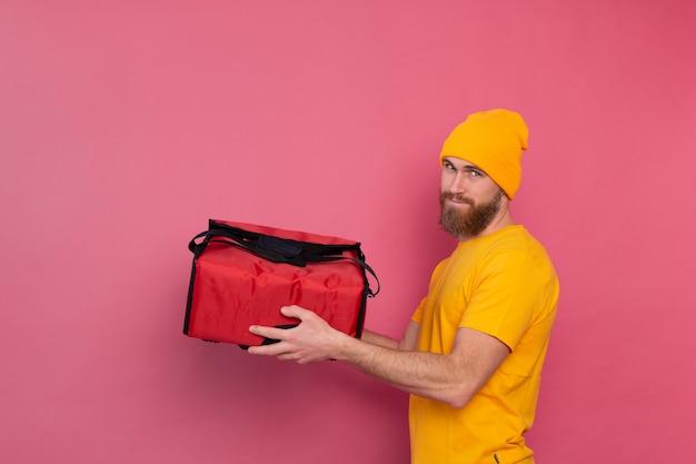Europejski brodaty mężczyzna dostawy z pudełkiem z jedzeniem na różowo