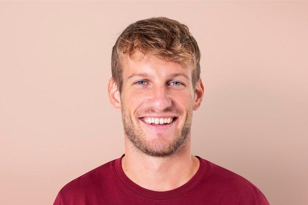 Europejski mężczyzna uśmiechający się wesoły portret zbliżenie wyrażenie