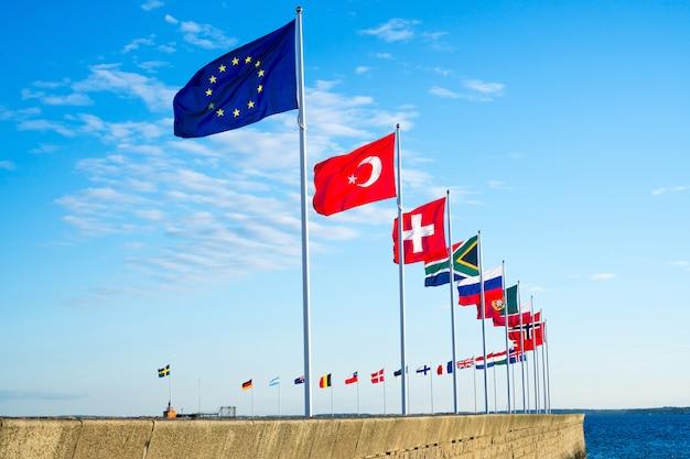 Europejskie flagi macha na wietrze