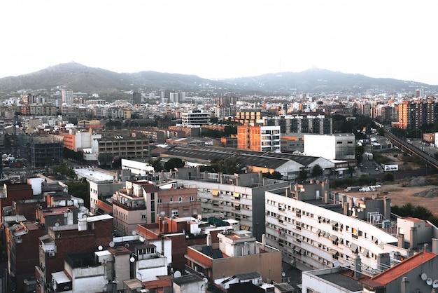 Europejskie miasto pełne budynków po południu