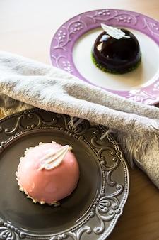 Europejskie słodycze na rustykalnym talerzu