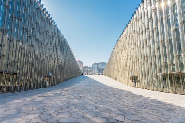 Ewha womans university w seulu, korea południowa. jest to słynny uniwersytet żeński z nowoczesną architekturą.