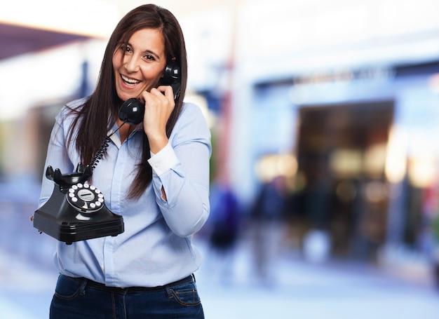 Excited kobieta rozmawia przez telefon