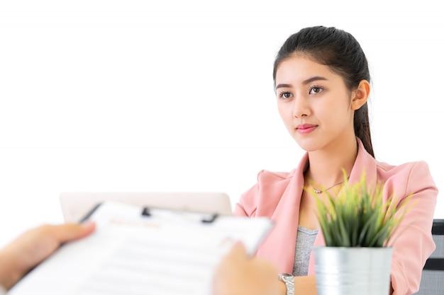 Executive zwraca uwagę na cv w rozmowie o pracę w firmie