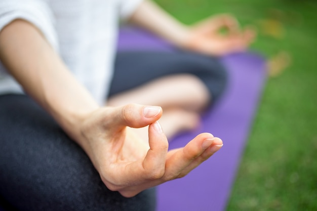 Extreme close-up kobiet strony gesturing zen