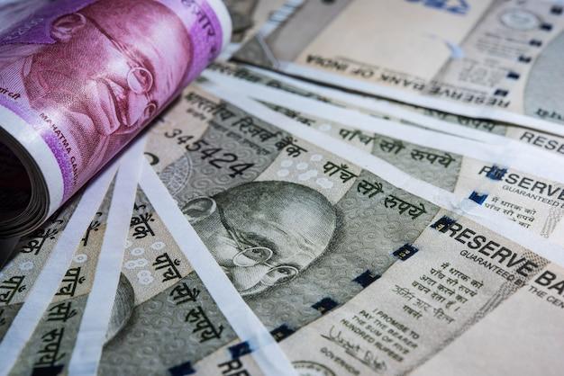 Extreme zbliżenie nowych indyjskich banknotów waluty papieru w formie abstrakcyjnej lub wzoru. selektywne skupienie