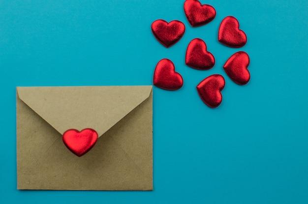 Faborki kształtujący jako serca na bielu, valentines dnia pojęcie. skopiuj miejsce