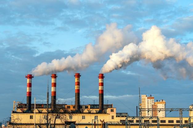 Fabryka fajek. dym z rur na tle nieba