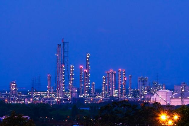 Fabryka przemysłowa w nocy.