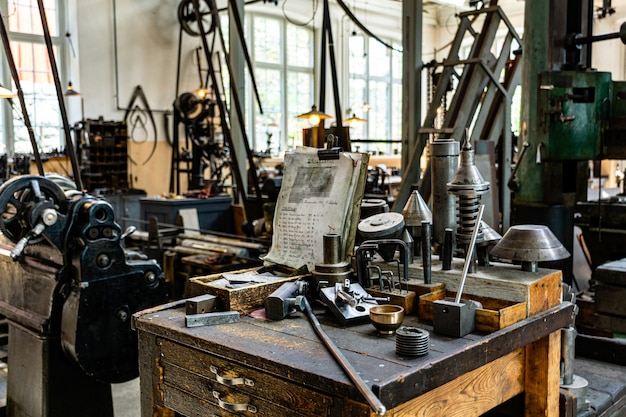 Fabryka przemysłowa ze starymi maszynami