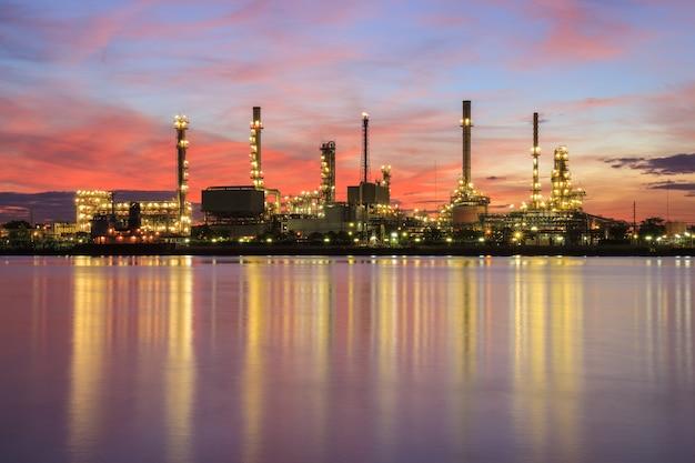 Fabryka rafinerii ropy naftowej w sylwetki i wschodu słońca niebie