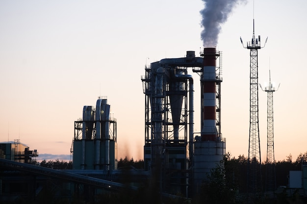 Fabryka rur zanieczyszczających powietrze przed zachodem słońca