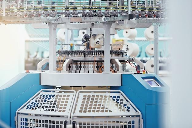 Fabryka tekstyliów w przędzalni oraz firma produkująca maszyny i urządzenia wirujące rotating