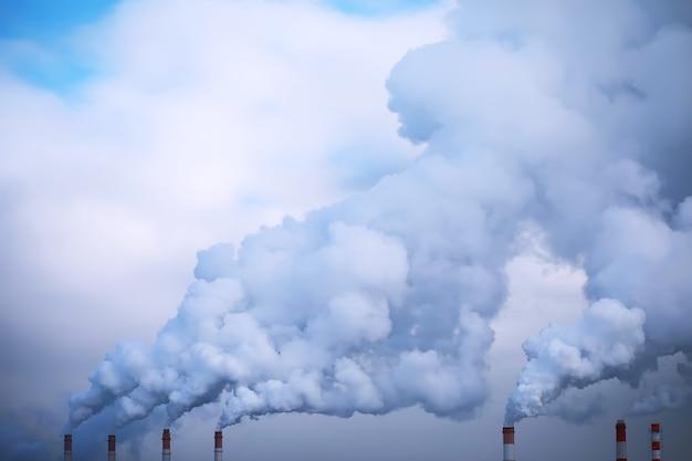 Fabryka w mieście. pejzaż miejski. środowiskowy problem zanieczyszczenia środowiska i powietrza w dużych miastach