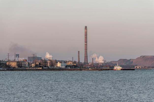 Fabryka z zanieczyszczeniem powietrza dym z kominów problemy środowiskowe