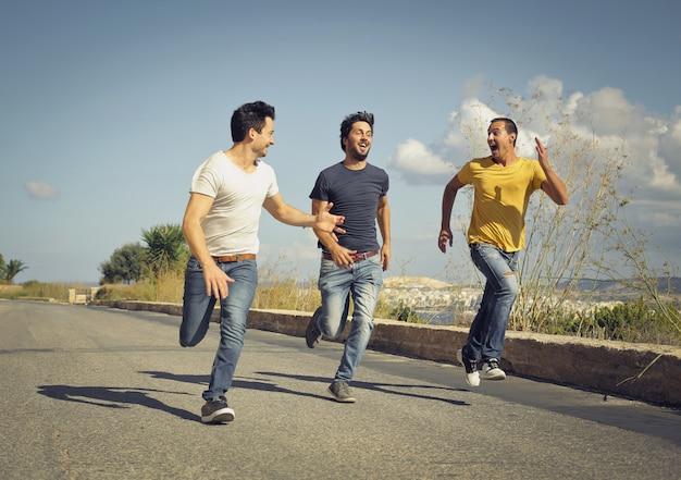 Faceci biegają po ulicy