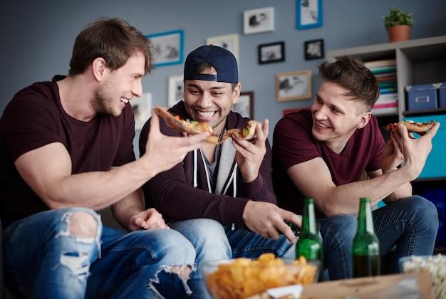 Faceci z jedzeniem i napojami na widoku z góry?