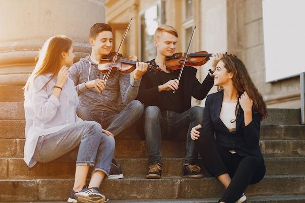 Faceci z violonem