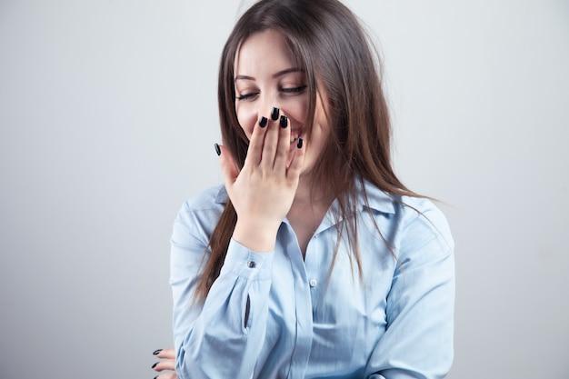 Facepalm zakłopotanie i uczucie wstydu. zawstydzona uśmiechnięta dziewczyna