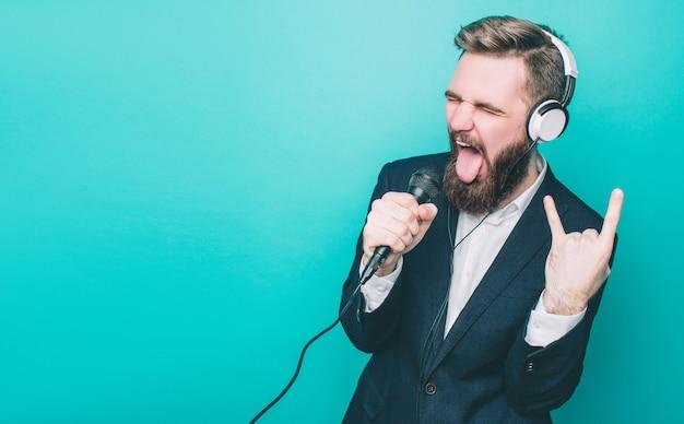 Facet bzyka się ze słuchawkami i mikrofonem