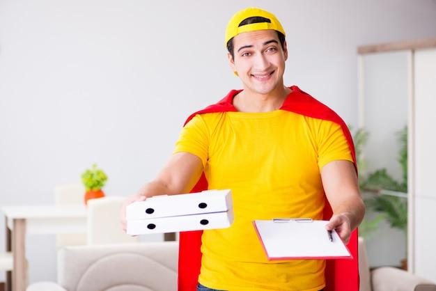 Facet dostawy pizzy superbohatera z czerwoną okładką
