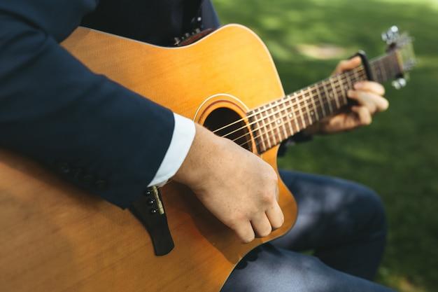 Facet gra na gitarze