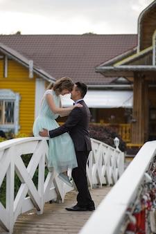 Facet i dziewczyna idą po moście