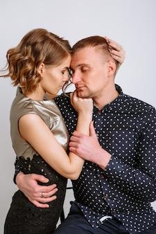 Facet i dziewczyna przytulają się do siebie. czuły związek.