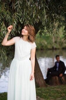 Facet i dziewczyna spacerują w naturze