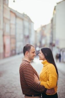 Facet i dziewczyna w miłości para na randkę