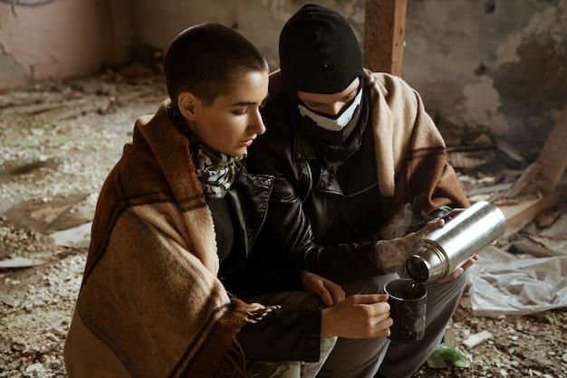 Facet i kobieta w slumsach siedzą razem