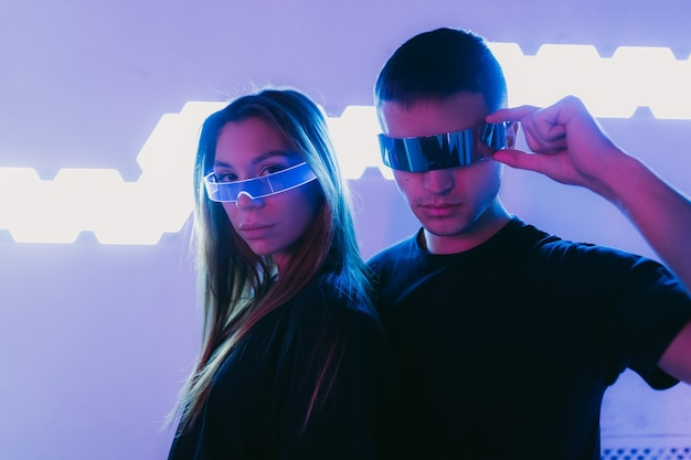 Facet i młoda dziewczyna w futurystycznym stylu cyberpunk wysokiej jakości zdjęcie