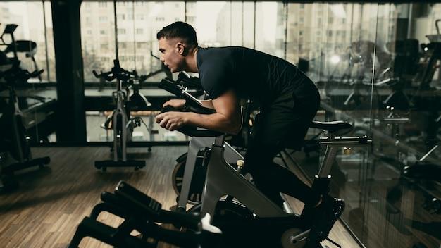 Facet jest zaangażowany w symulator roweru na siłowni.