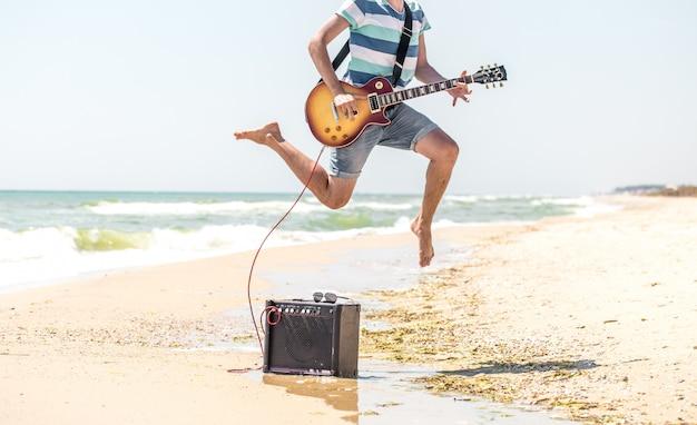 Facet na plaży z instrumentami muzycznymi