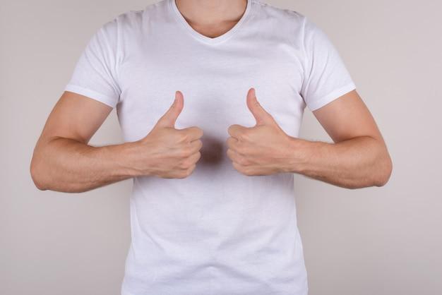 Facet pokazujący dwa palce w górę