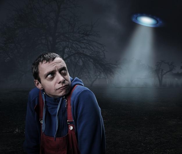 Facet przestraszony ufo w nocy