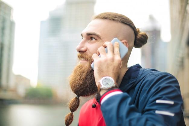 Facet rozmawia przez telefon
