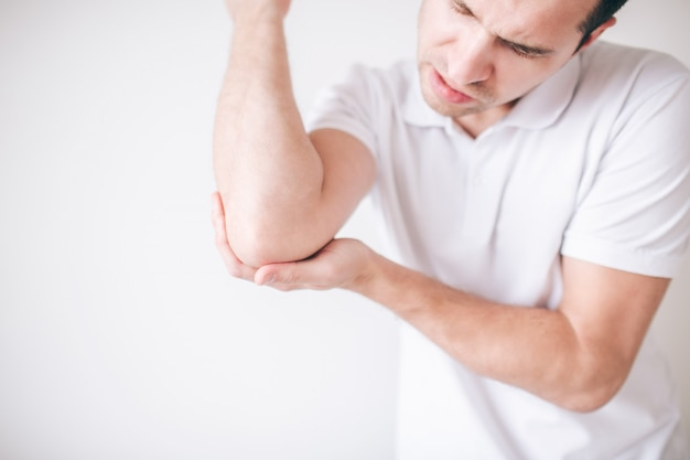 Facet skoncentrowany na łokciu i cierpi z powodu bólu