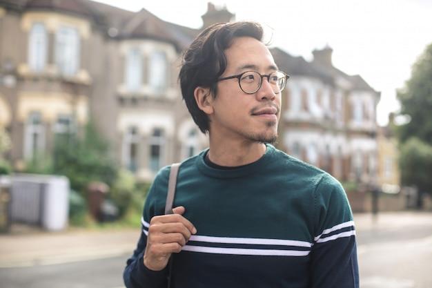 Facet spacerujący po ulicy, w dzielnicy mieszkalnej